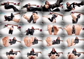 Raquel Roper - Weak For Miss Roper's Sweaty Feet