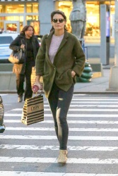 Katie Holmes - Out shopping in NYC 10/12/2018 Ul822R9S_t