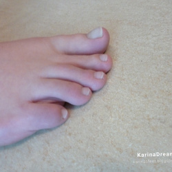 Foot model Karina shows here bare toes, female foot fetish pictures at Karina's Foot Blog
