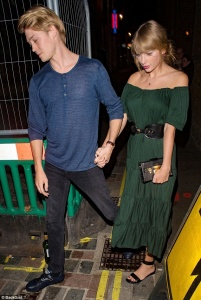 Taylor Swift - holding hands with her boyfriend in London - 08/22/2018