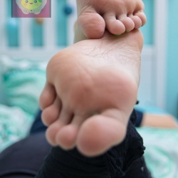 Foot model Lemontoes bare feet, toes, soles, female foot fetish pictures at Karina's Foot Blog