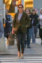 Katie Holmes - Out shopping in NYC 10/12/2018 BeX3mfy9_t