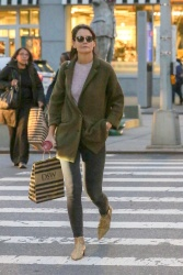 Katie Holmes - Out shopping in NYC 10/12/2018 cIgyX6Az_t