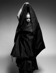 Rihanna    ONKkG2EX_t