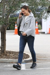 Jennifer Garner - Chatting on the phone while arriving at the Brentwood Country Mart 12/02/2019