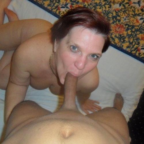 Mature milf sucking dick
