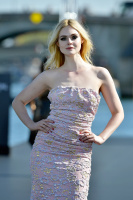 Elle Fanning - L'Oreal show in Paris 2018 OTEd99Vh_t