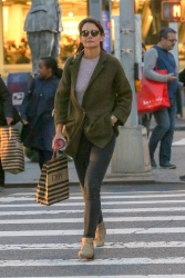 Katie Holmes - Out shopping in NYC 10/12/2018 0KGeRhyh_t