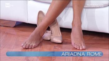 Caterina Balivo si toglie le scarpe in diretta PIEDI FEET
